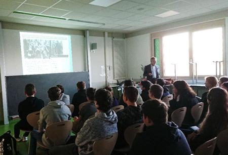 Dr. Abraham referiert vor Schüler*innen der LvK-Realschule