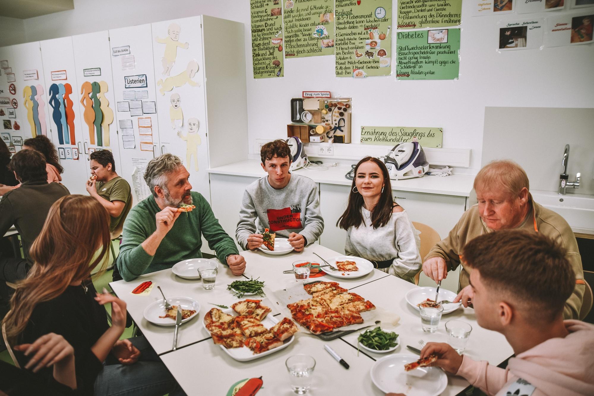 Pizzaessen mit Gemeinderäten
